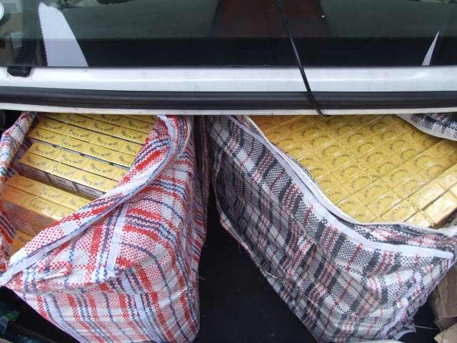 POLIŢIA: Depozit clandestin cu ţigări de contrabandă amenajat într-un garaj în Baia Mare
