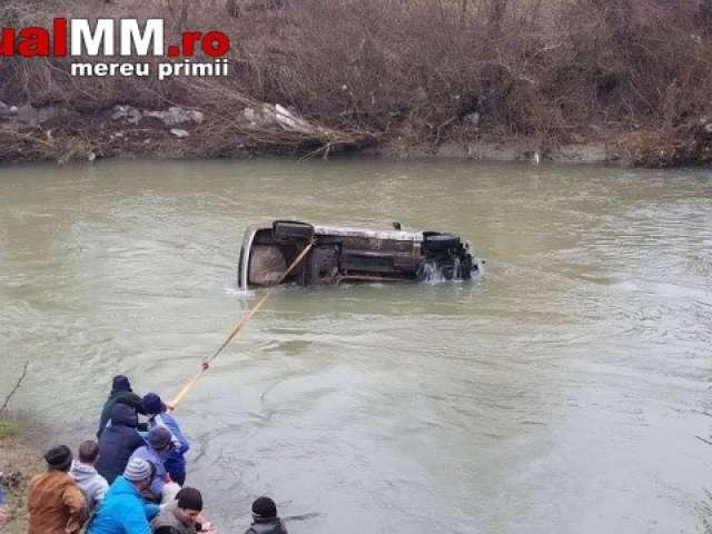 ONCEȘTI - Tânăr internat în spital, după ce a plonjat cu maşina în râul Iza