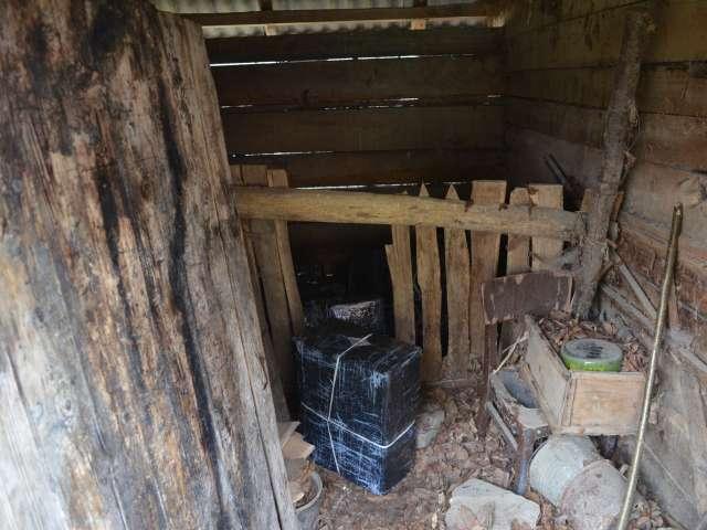 Rona de Sus: 5.000 pachete țigări, în valoare de 44.500 de lei, descoperite într-un grajd