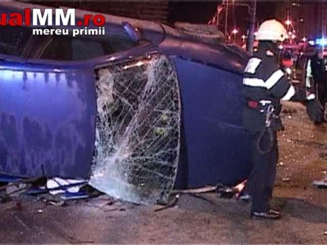 VIDEO: BAIA MARE - Trei persoane încarcerate după ce s-au răsturnat cu mașina pe bulevard