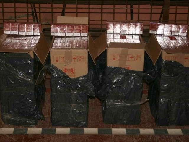 FOTO - Doi bărbați, opriţi la frontieră cu 2.000 pachete ţigări de contrabandă
