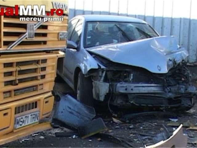 VINERI 13 – Accident: Au ajuns cu autoturismul sub un autotren (VIDEO)