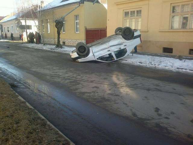 VIDEO -- SIGHET: ACCIDENT - Doi răniți și un taximetru răsturnat de către o dubiță marca VW, condusă de o șoferiță neatentă