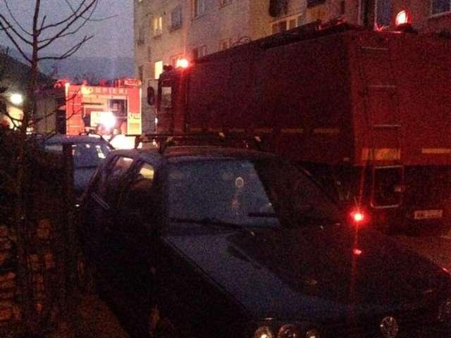 FOTO - Hornul unui bloc din cartierul Constructorului a luat foc. În incendiu a ars și o parte din acoperișul imobilului