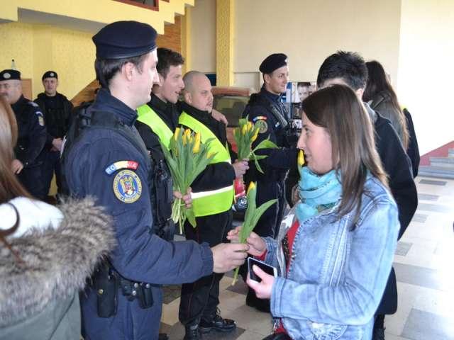 FOTO - Flori pentru doamne din partea jandarmilor maramureşeni