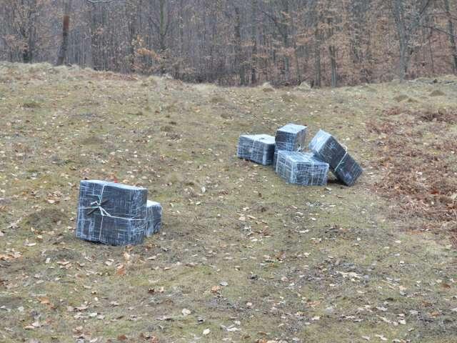 FOTO - Ţigări în valoare de 39.000 de lei  şi două autoturisme confiscate de către Polițiștii de frontieră