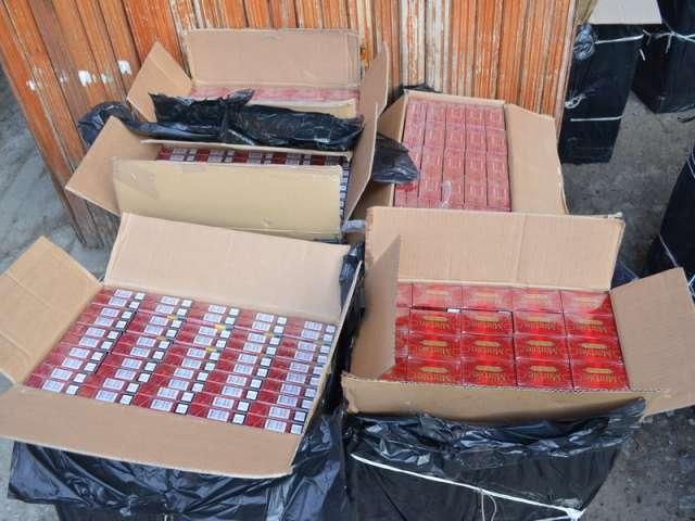 VIDEO - Doi maramureşeni prinşi în timp ce transportau ţigări de contrabandă cu maşini dotate cu staţii de emisie-recepţie