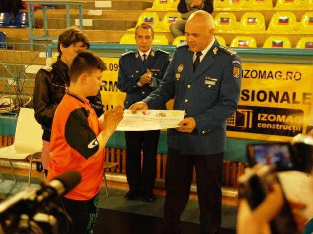 """FOTO: Campania umanitară """" Jandarmii vor ca Mihăiţă să joace fotbal! Alătură-te şi tu! """" continuă"""