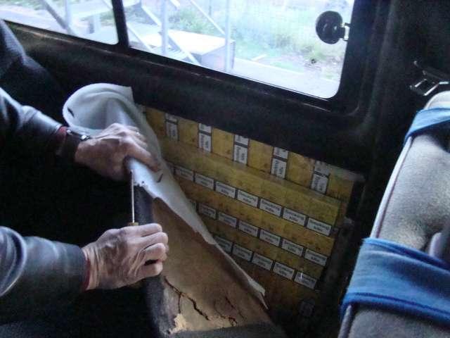 Poliția de Frontieră - Ţigări ascunse în pereţii laterali şi plafonul unui autoturism