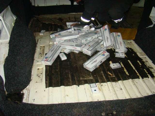 CRĂCIUNEŞTI: Ţigări de contrabandă ascunse într-un locaş special amenajat în podeaua unui autoturism