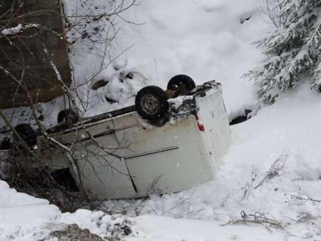 FOTO - ACCIDENT BORȘA: Un microbuz s-a răsturnat în prăpastie