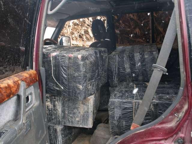 VIDEO - Patru autoturisme de teren și peste 33.000 pachete țigări confiscate de polițiștii de frontieră