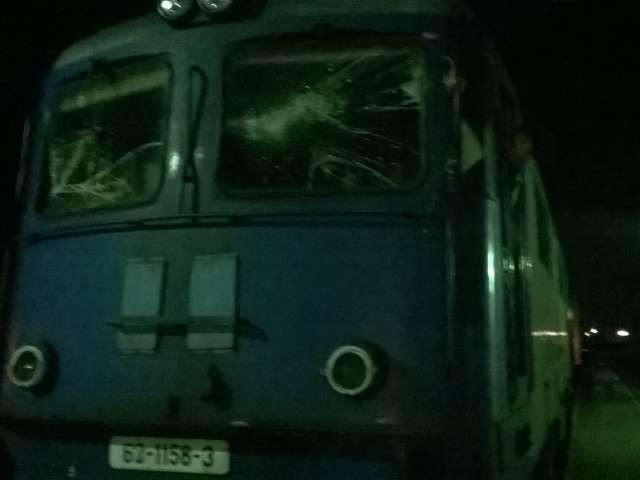 INCIDENT FEROVIAR: Locomotiva trenului CLUJ - SIGHET a fost grav avariată după ce a lovit în plin un copac căzut pe linie