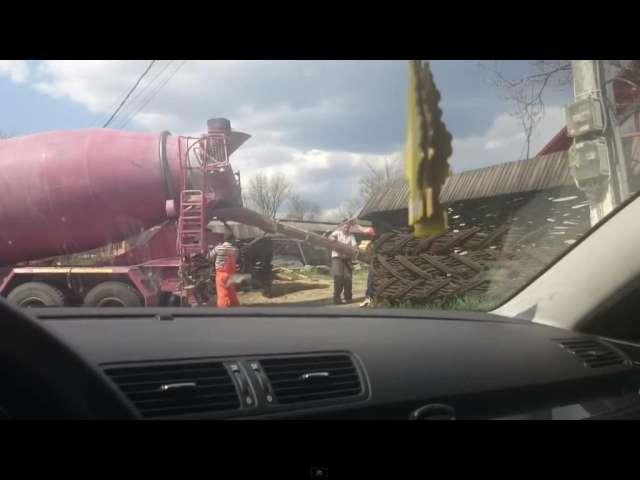 VIDEO: MADE ÎN ROMÂNIA - Muncitorii firmei Aktor, cea care se ocupă de reabilitarea drumului Sighet - Baia Mare, betonează curțile oamenilor, în loc să reabiliteze drumul