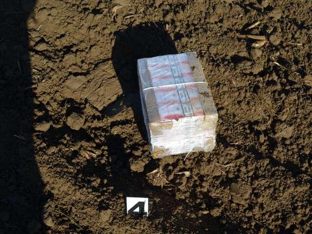 FOTO - SARASĂU: Ţigări de contrabandă transportate peste frontieră cu ajutorul unui aparat de zbor de mici dimensiuni