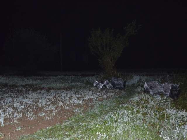 FOTO - SIGHET: Ţigări în valoare de peste 17.500 lei şi un autoturism folosit la contrabandă confiscate de poliţiştii de frontieră
