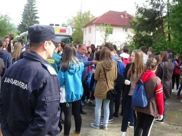 """FOTO: Jandarmii maramureşeni prezenţi în cadrul acţiunii de ecologizare """"Let`s do it Romania"""""""
