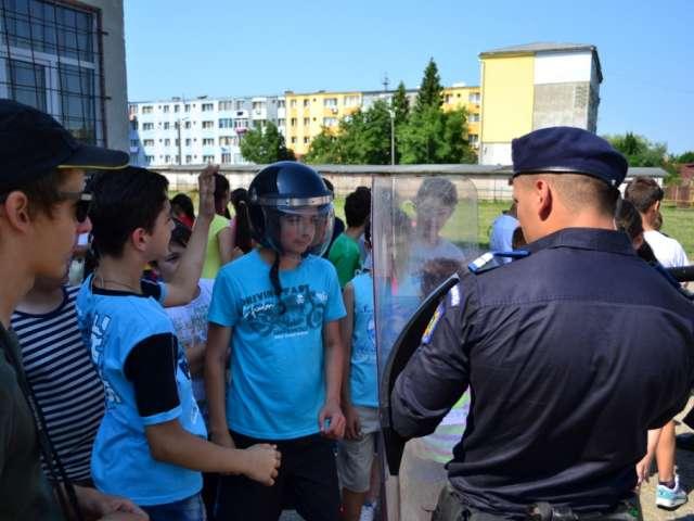 """FOTO: Jandarmii maramureşeni parteneri în cadrul proiectului educaţional """"Prietenii mei în uniformă"""""""