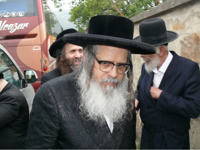 FOTO: SIGHET - Doi mari rabini Teitelbaum din New York în vizită la Cimitirul evreiesc