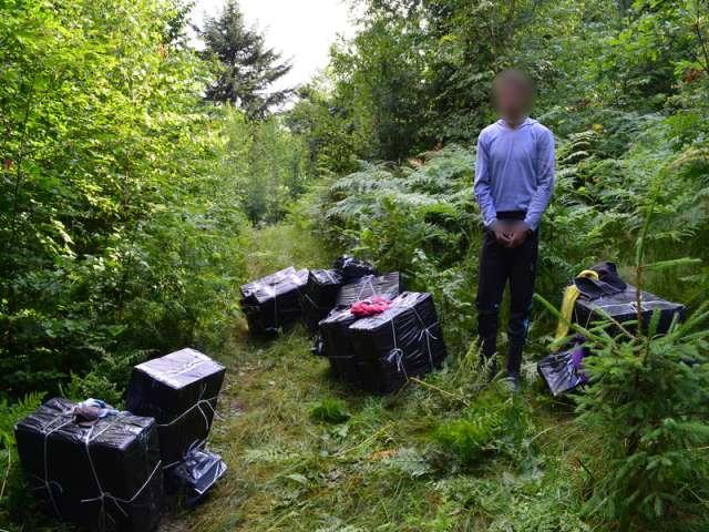 FOTO - Focuri de armă și peste 5.000 de pachete de țigări de contrabandă confiscate