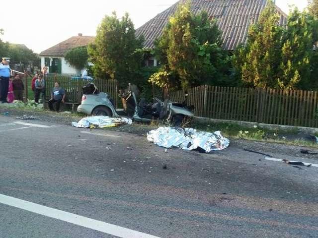 FOTO - Accident grav: TREI MORŢI, patru răniţi şi circulaţia blocată pe DN 19