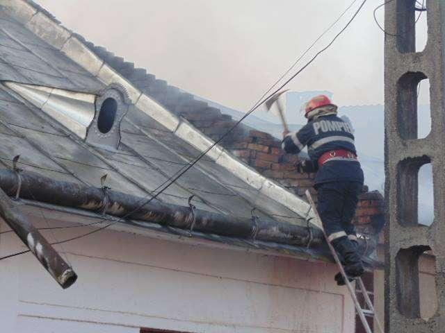 FOTO & VIDEO: SIGHET- INCENDIU de proporții pe Str. Popa Lupu - Acoperișul a două case a ars ca o torță, împreună cu o anexă