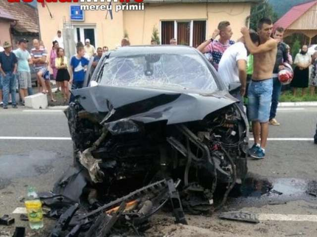 FOTO: LEORDINA - Un bărbat și soția lui gravidă, răniți după ce mașina lor s-a făcut praf într-un cap de pod