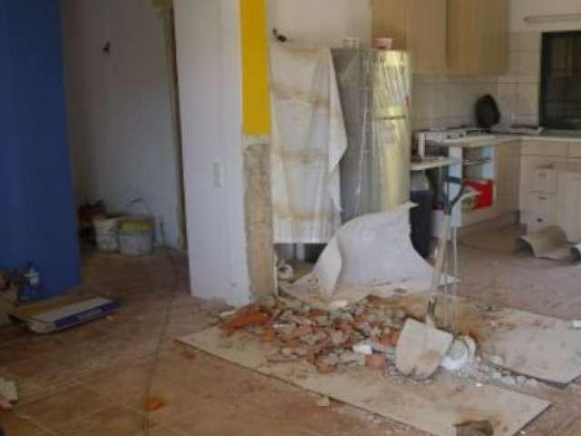 FOTO - Un cuplu a găsit în pereții casei în timp ce efectuau renovări suma de 51.000 de dolari