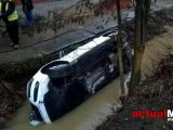 Maramureș: ACCIDENT – Două persoane rănite după ce un șofer a ajuns cu mașina în râu (FOTO)