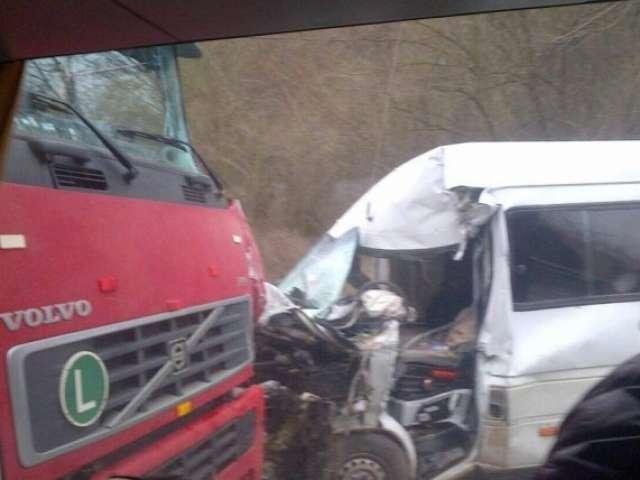 FOTO: Un camion a intrat într-un microbuz pe DN1C. Patru persoane rănite