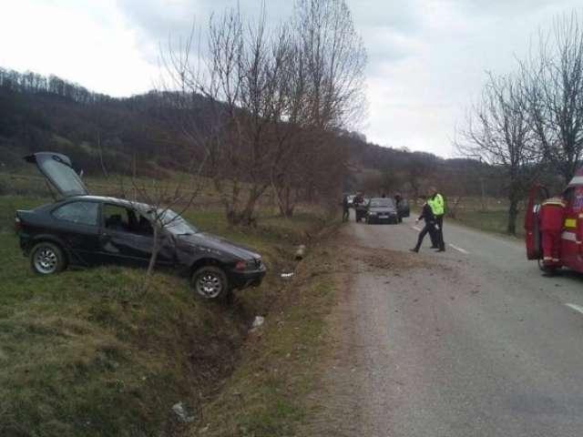 FOTO: Doi tineri răniți în urma unui accident