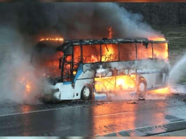 FOTO: Momente de panică în apropiere de Cluj Napoca. Autocar cu pasageri cuprins de flăcări