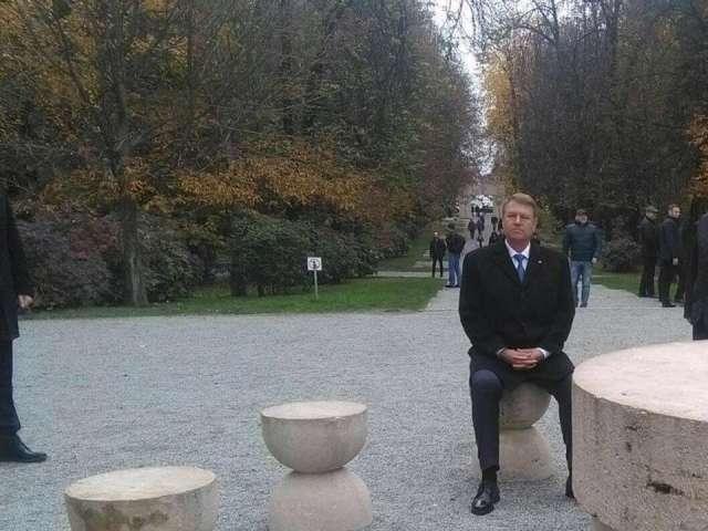 """""""Muțenia Pământului"""" la """"Masa Tăcerii"""" - Poza cu Klaus Iohannis care a devenit virală pe internet"""