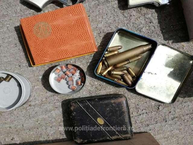 FOTO - Pistoale și muniție, descoperite într-un autoturism la P.T.F. Petea