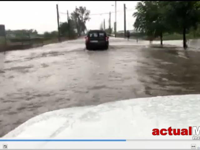 Străzi inundate în Baia Mare și brazi smulşi la Izvoare, efectele furtunii de astăzi