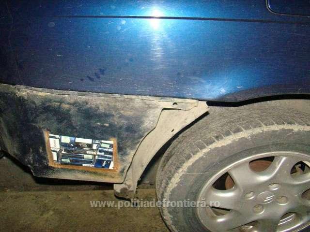 FOTO - Un maramureșean fără permis de conducere a abandonat mașina în trafic, cu tot cu țigări