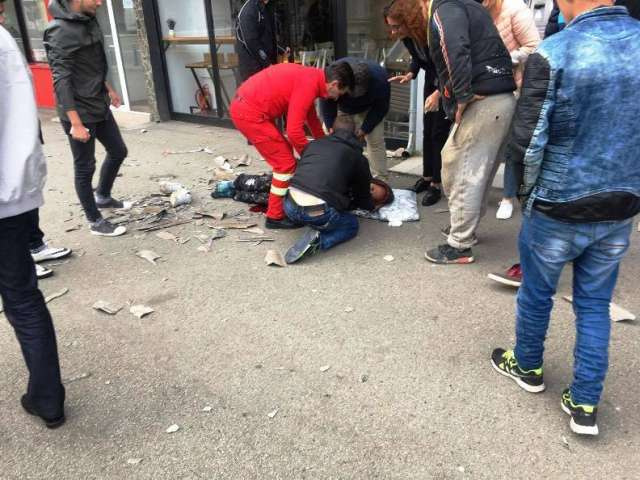 FOTO - Un muncitor care repara acoperişul unui bloc din Baia Mare a căzut de la 15 metri