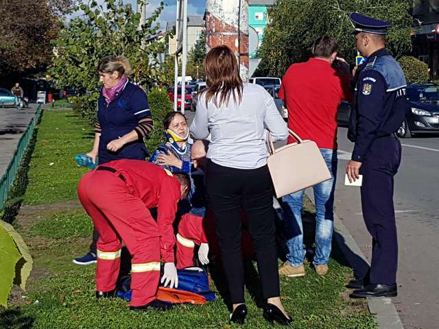 FOTO: ACTUALIZARE - Biciclistă lovită de maşină într-o intersecţie din Sighetu Marmației