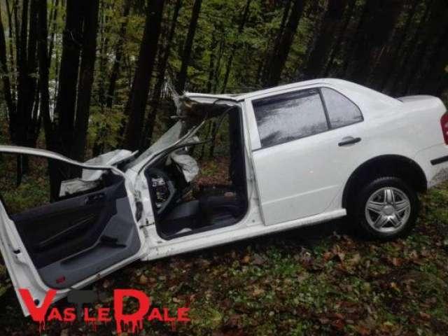 FOTO - Impact puternic între o mașină și un TAF. O persoană a rămas încarcerată