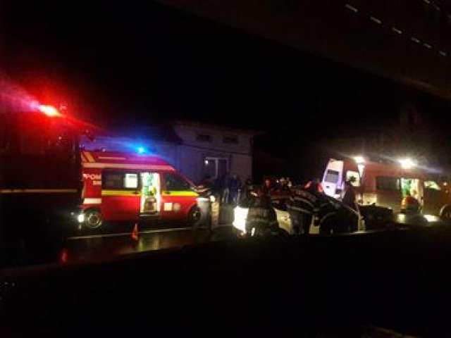 ACTUALIZARE: BERBEȘTI - Femeia în vârstă de 55 ani a decedat după ce s-a izbit cu mașina de un stâlp