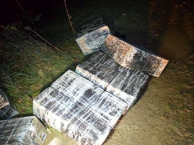 FOTO: BÂRSANA - Țigări de contrabandă descoperite în spatele unei case