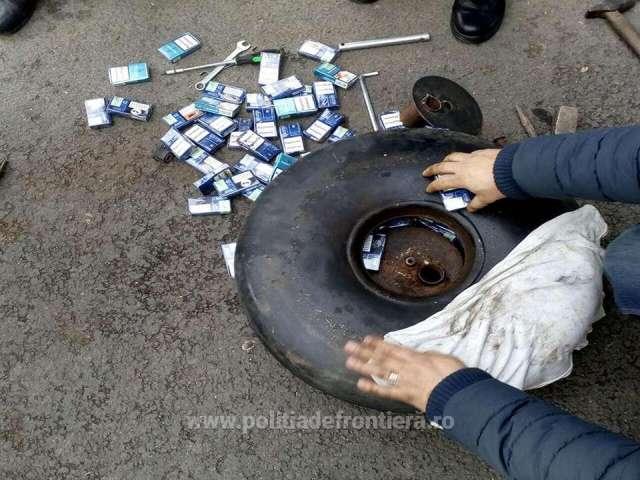 FOTO: CRĂCIUNEȘTI - Aproximativ 3.000 pachete cu țigări confiscate de polițiștii de frontieră