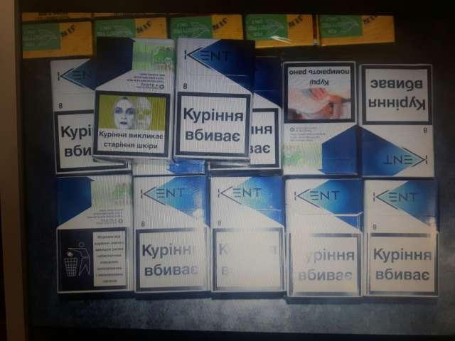 FOTO: SIGHET - Peste 350 pachete cu ţigări de contrabandă confiscate de poliţiştii sigheteni în Piaţa Agroalimentară
