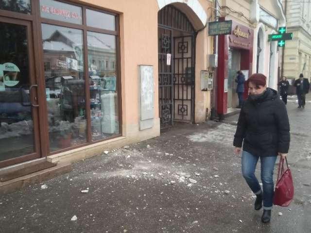 Clădirile vechi din centrul Sighetului, pericol pentru trecători din cauza tencuielilor care cad