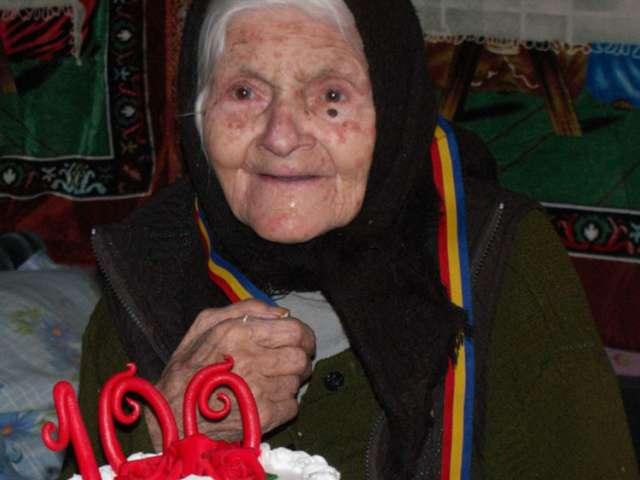 De-o vârstă cu UNIREA - O femeie din Borșa a fost sărbătorită de familie și autorități la împlinirea vârstei de 100 de ani