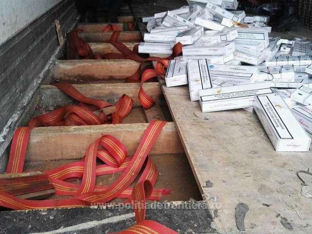FOTO - 53 de baxuri cu țigări descoperite în remorca unui camion, în PTF Siret