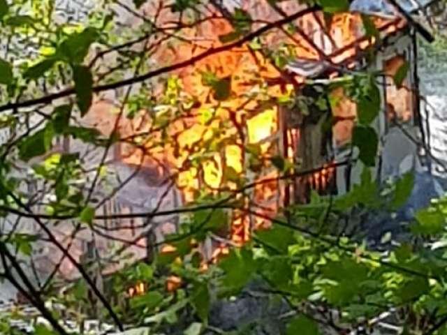 CAZ INCREDIBIL ÎN SIGHET - Un tânăr a sunat la 112 să anunțe că arde o casă, iar pompierii au cerut amendarea tânărului, deși casa era în flăcări