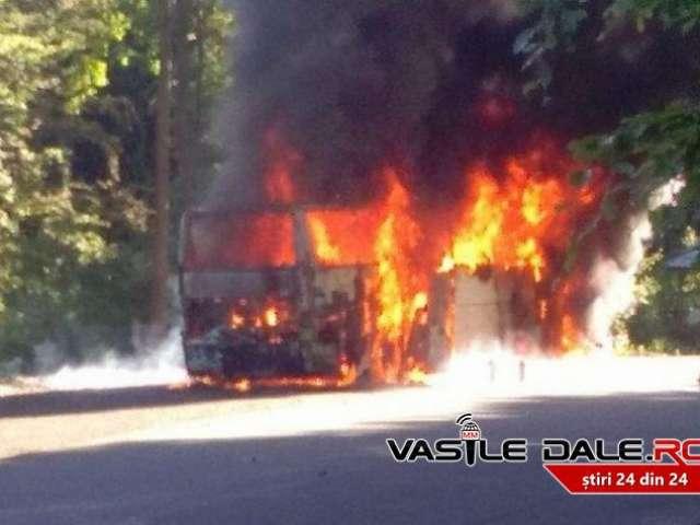 FOTO: INCENDIU VIOLENT - Un autocar plin cu 50 de pelerini a luat foc în Pasul Gutâi