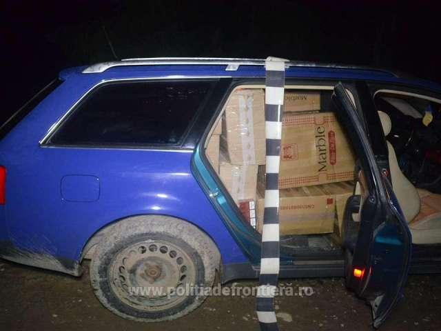 FOTO - Peste 14.000 de pachete de ţigări şi două autoturisme, confiscate de poliţiştii de frontieră