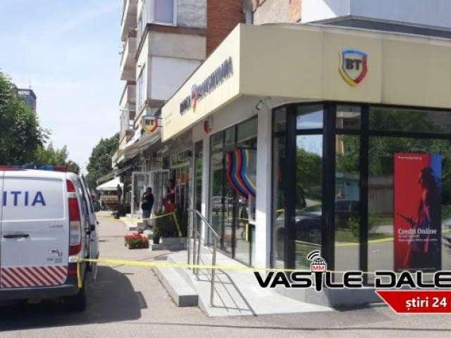 FOTO - JAF la o bancă din Baia Mare. Doi indivizi au amenințat angajații cu pistolul și au furat 100000 lei